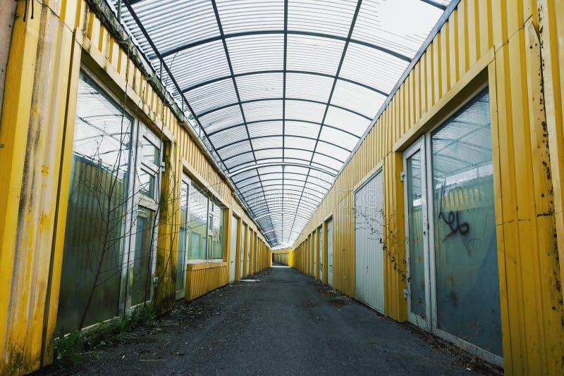 Старая пакостная покинутая зала склада стоковая фотография rf