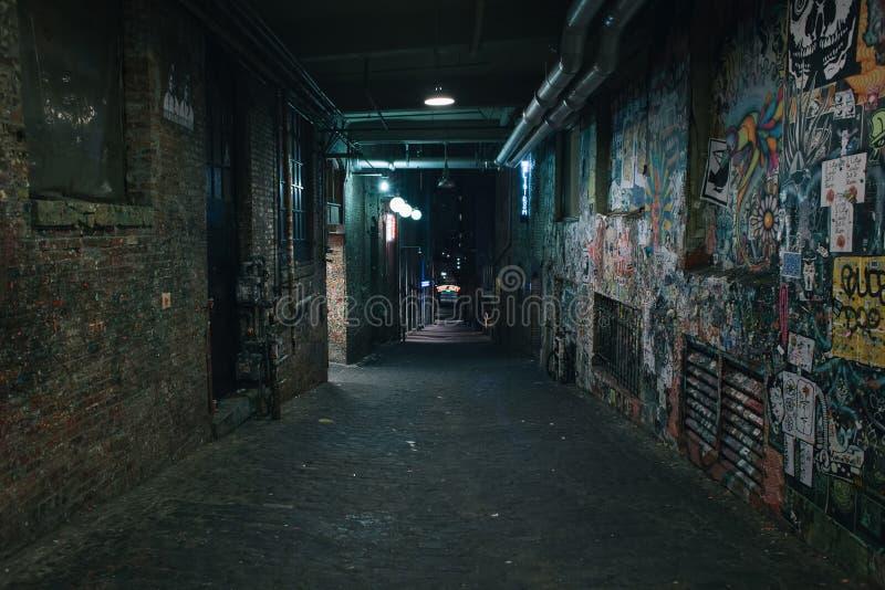 Старая пакостная улица grunge в ноче стоковая фотография rf