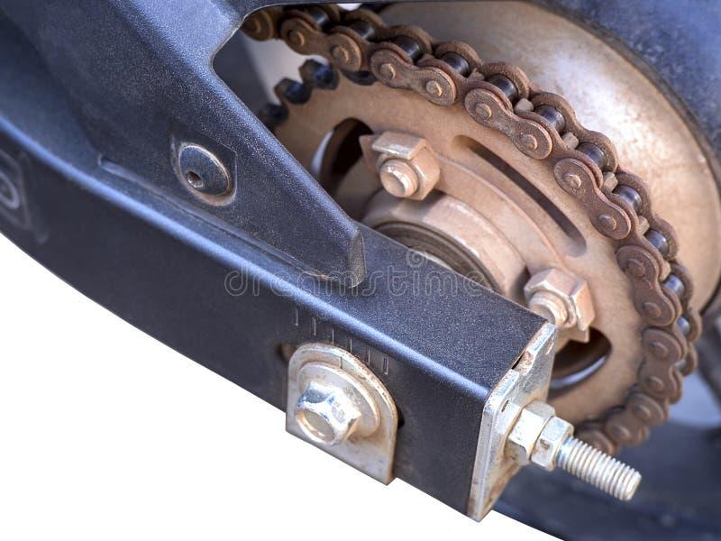 Старая пакостная цепь мотоцикла изолированная на белой предпосылке стоковое изображение