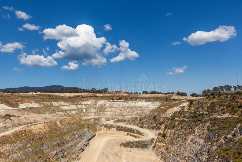 Старая панорама шахты известняка стоковая фотография