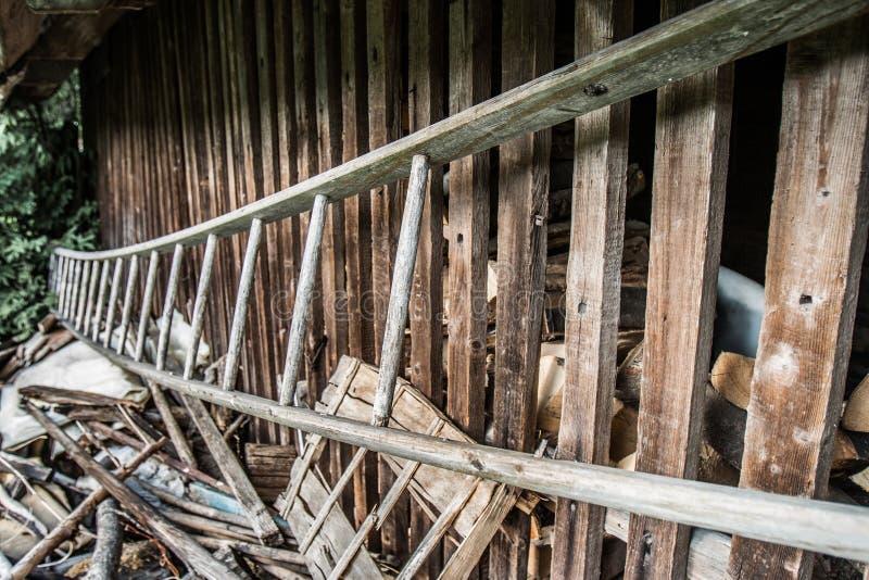 Старая передернутая деревянная лестница стоковые изображения rf
