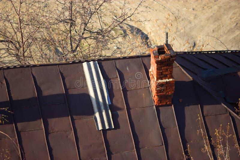 Старая печная труба на крыше стоковое изображение
