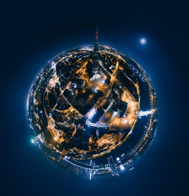 Старая планета ночи Риги Наведите дороги в изображении трутня города 360 VR Риги для виртуальной реальности стоковые фото