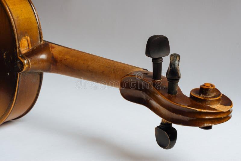 Старая поврежденная скрипка стоковые изображения rf