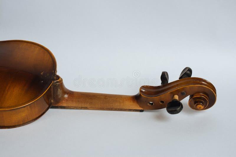 Старая поврежденная скрипка стоковые изображения