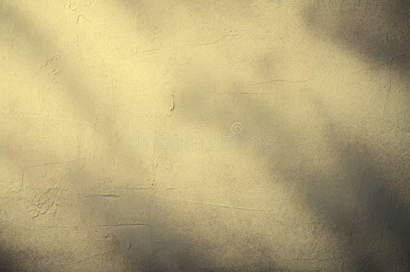 Старая поврежденная треснутая стена краски, предпосылка Grunge, темнота - серый цвет стоковая фотография rf