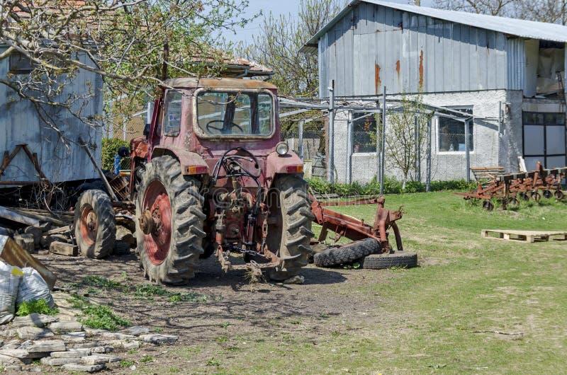 Старая покинутая сельско-хозяйственная техника, трактор стоковое фото