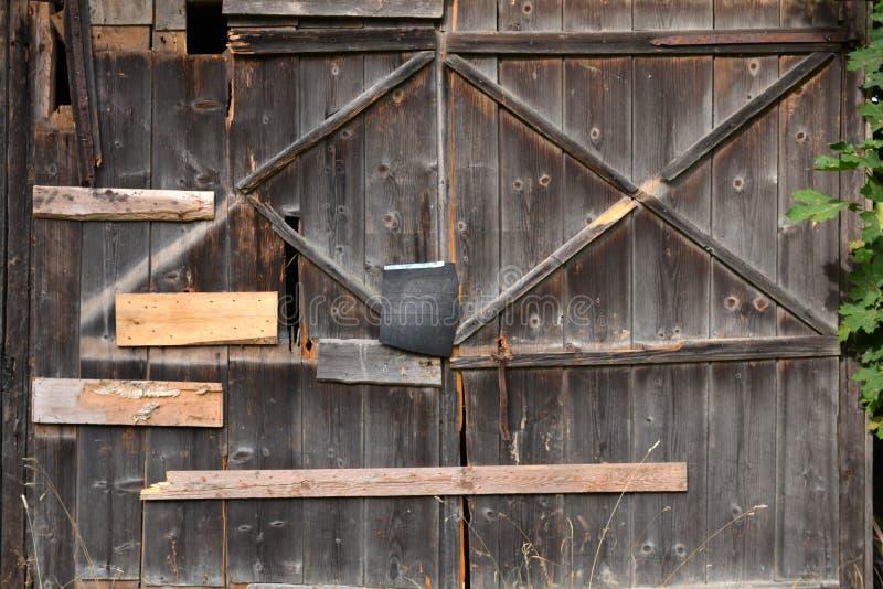 Старая покинутая треснутая дверь амбара фермы деревянная стоковые фото