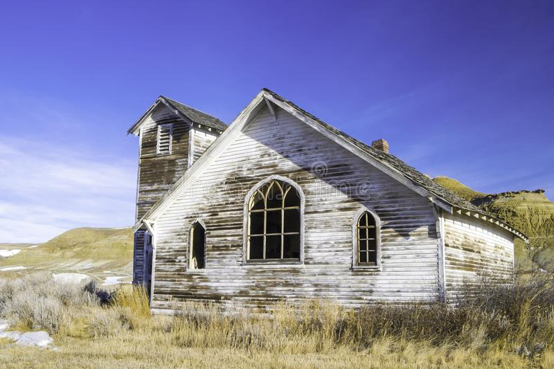 Старая покинутая церковь страны в Дороти, Альберте, Канаде стоковые фотографии rf