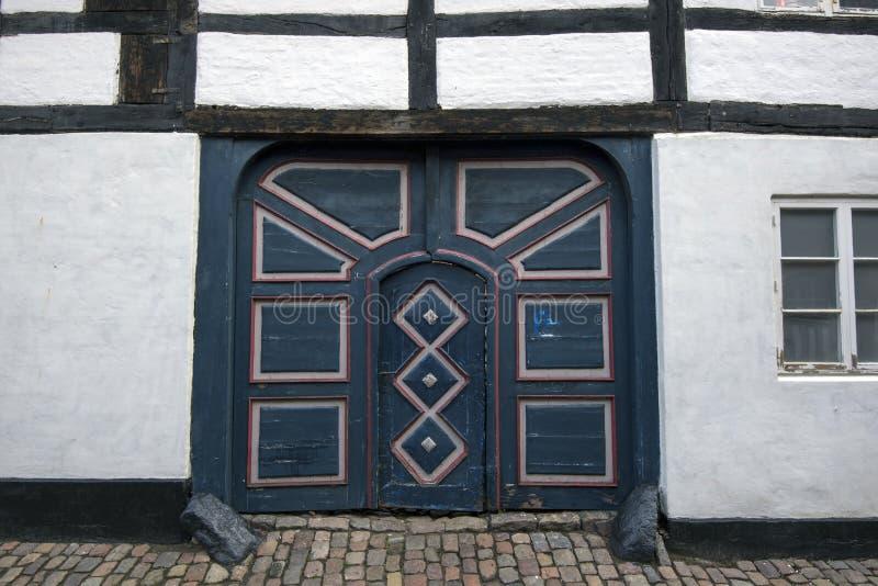 Старая покрашенная дверь в Ribe Дании стоковые фото