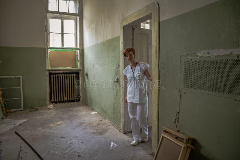 Старая получившаяся отказ психиатрическая клиника для умственно - больных людей Печи и помощь к больному стоковая фотография