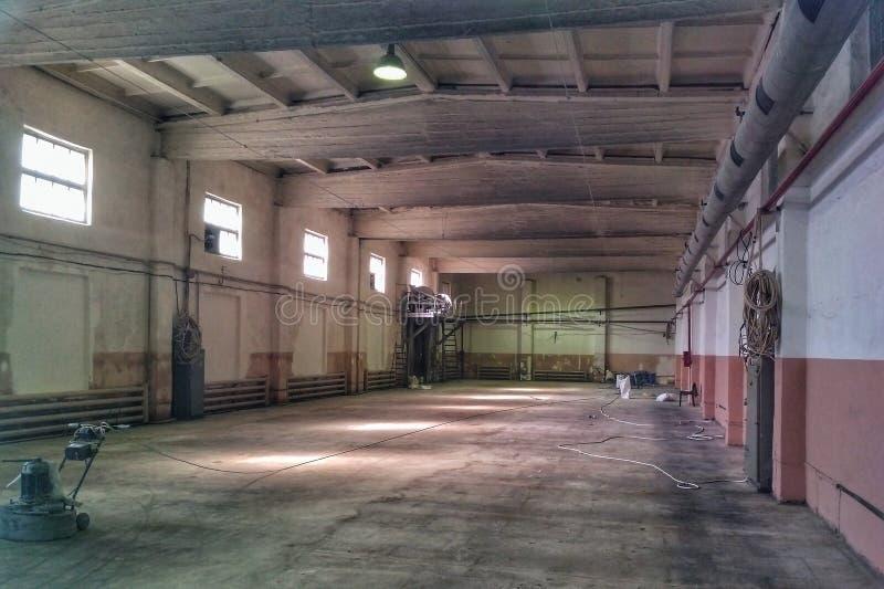 Старая получившаяся отказ пустая зала продукции, интерьер фабрики стоковое фото rf