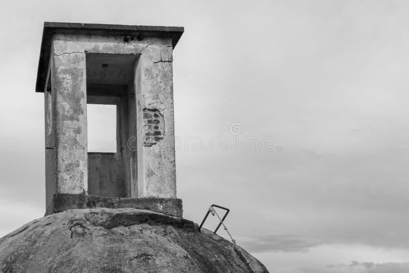 Старая получившаяся отказ сторожевая башня на утесе стоковые изображения rf