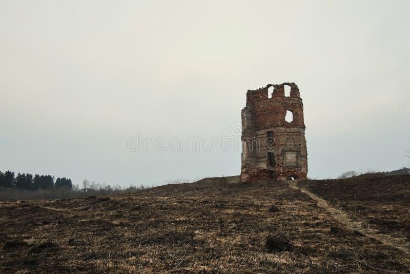 старая получившаяся отказ получившаяся отказ церковь предпосылка осени темная стоковое фото