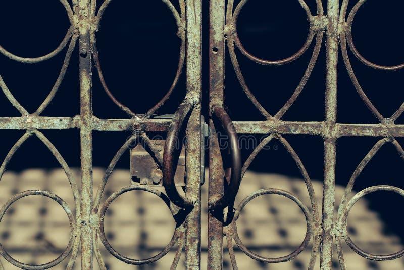 Старая постаретая загородка металла стоковая фотография rf