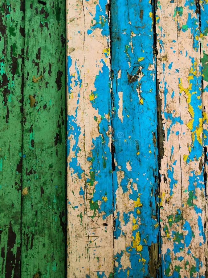 Старая предпосылка года сбора винограда grunge: поверхность древесины цвета с шелушиться краски зеленого голубого whith желтый стоковые фотографии rf
