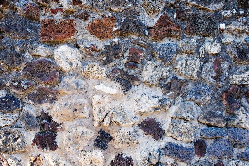 Старая предпосылка или текстура каменной стены лавы стоковая фотография