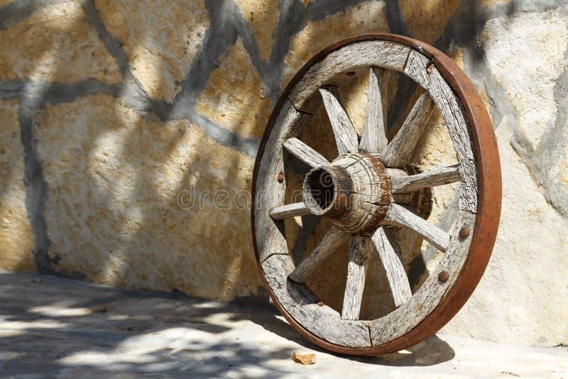 Старая предпосылка колеса телеги стоковое фото rf