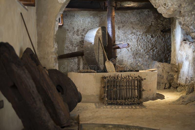 Старая пресса оливкового масла стоковое фото