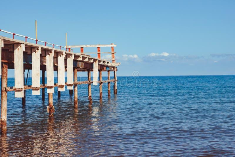 Старая пристань морем стоковое изображение