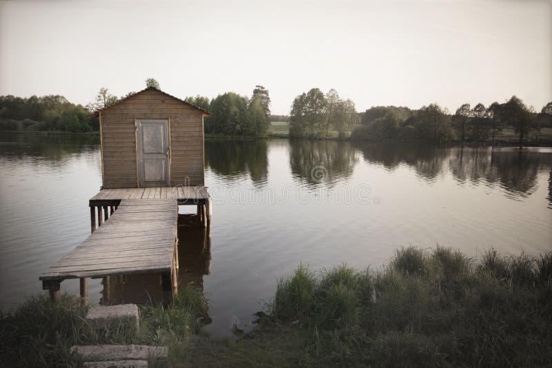 Старая пристань озера, упадочная предпосылка, сломанные мечты стоковая фотография