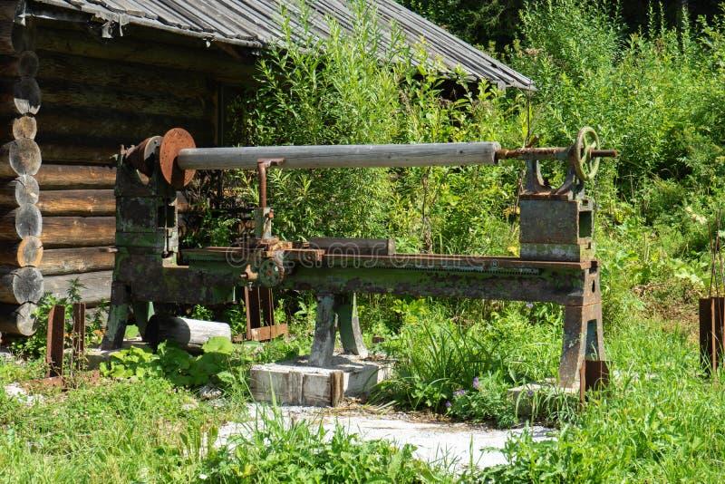 Старая промышленная машина на ферме Ржавое оборудование металла стоковая фотография rf