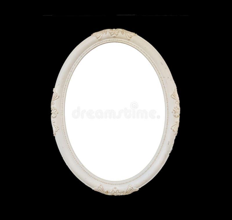 Старая пустая белая овальная деревянная рамка изолированная на черноте стоковое фото rf