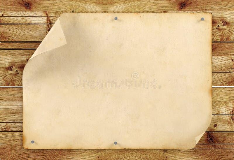 Старая пустая винтажная бумага на деревянной предпосылке стоковые фотографии rf