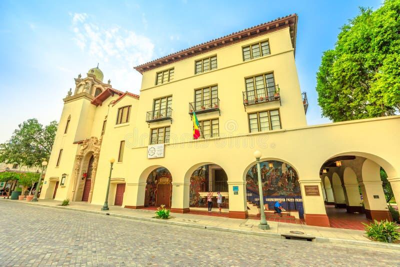 Старая Пуэбло El церков площади стоковая фотография