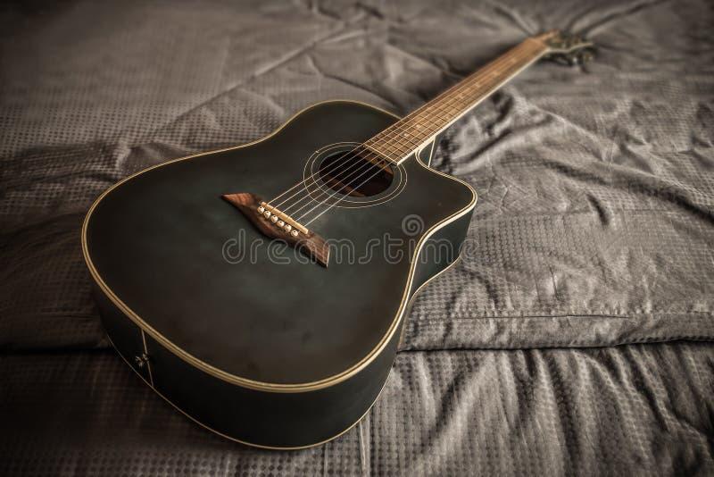 Старая пылевоздушная акустическая гитара cutaway стоковое изображение rf