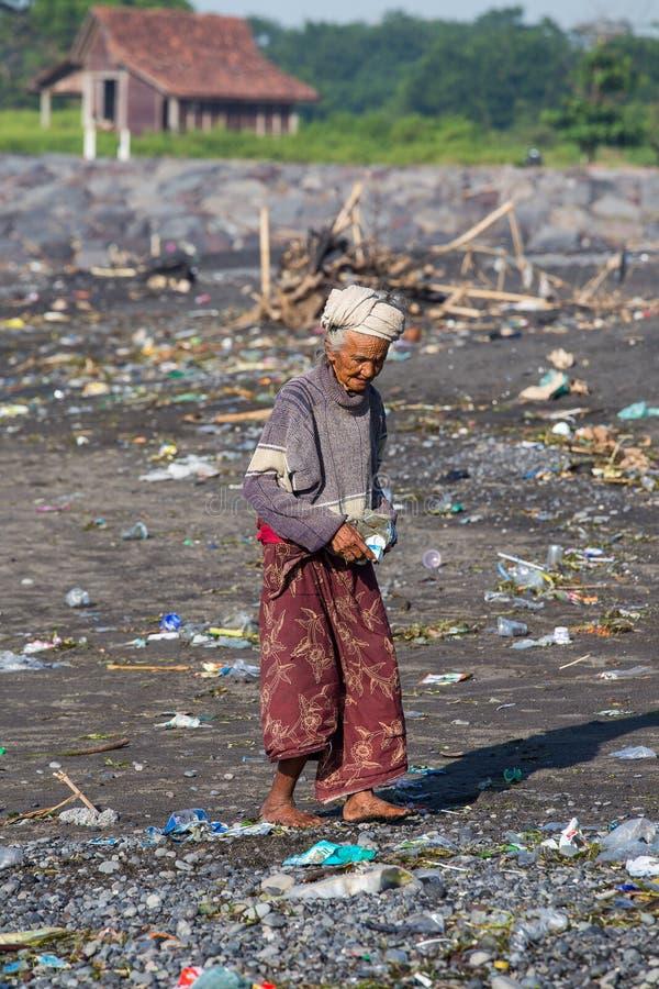 Старая плохая женщина к острову Бали, Индонезии стоковые изображения