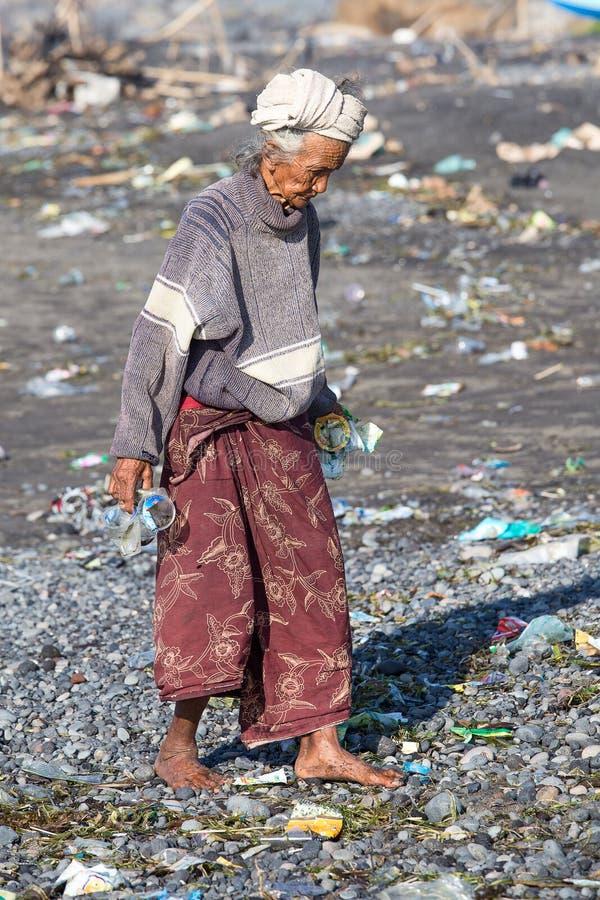 Старая плохая женщина к острову Бали Индонезия стоковое изображение rf