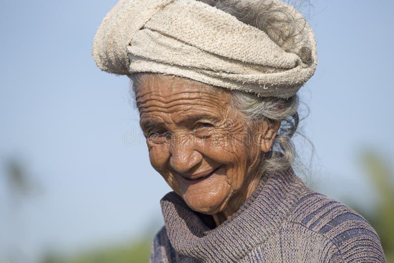 Старая плохая женщина к острову Бали Индонезия стоковая фотография
