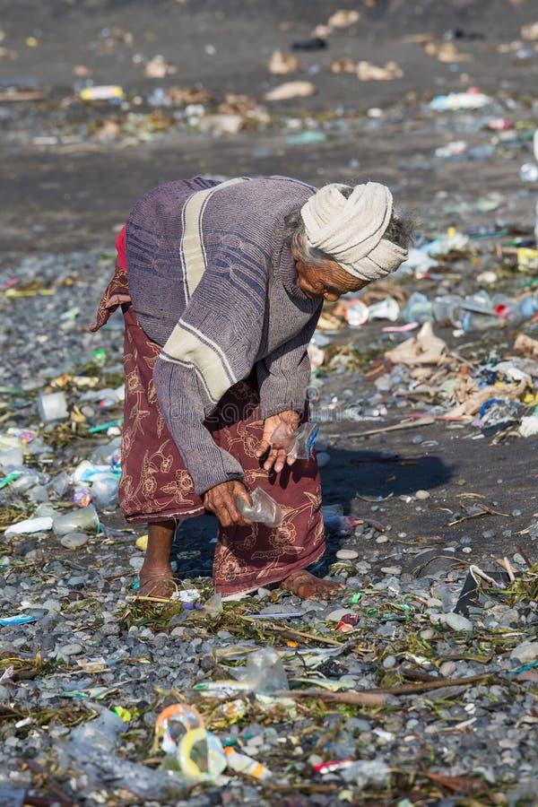 Старая плохая женщина около для того чтобы портить пластичные продукты к острову Бали Индонезия стоковое изображение