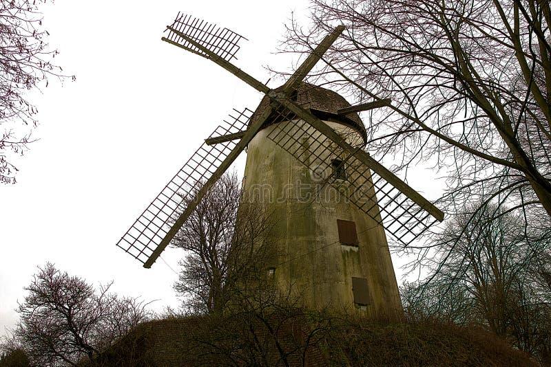 Старая разрушанная историческая мельница башни стоковые изображения rf
