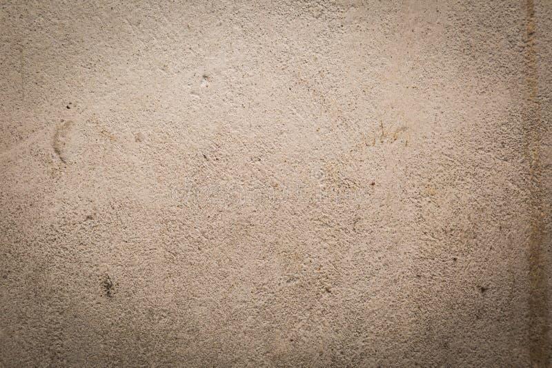 Старая разрушенная бетонная стена с неровной структурой стоковые изображения rf