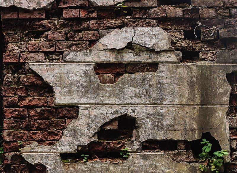 Старая разрушенная красная кирпичная стена стоковые изображения