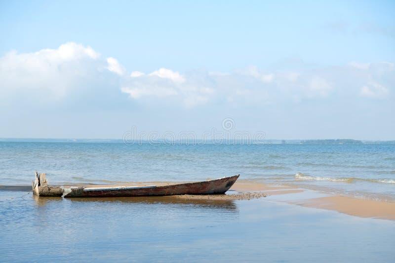 Старая разрушенная рыбацкая лодка на береге вертела песка в Ob стоковые изображения