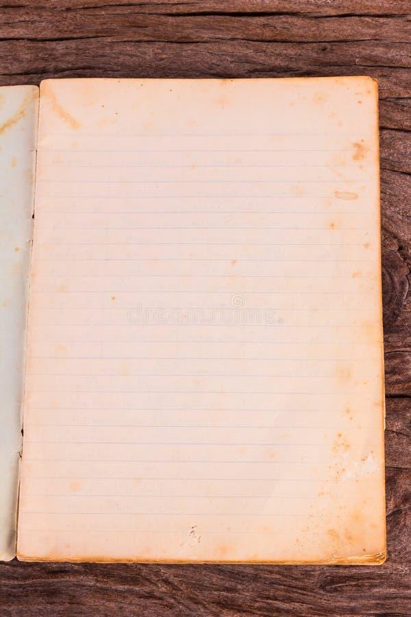 Старая раскрытая softcover книга с пустыми страницами стоковые изображения