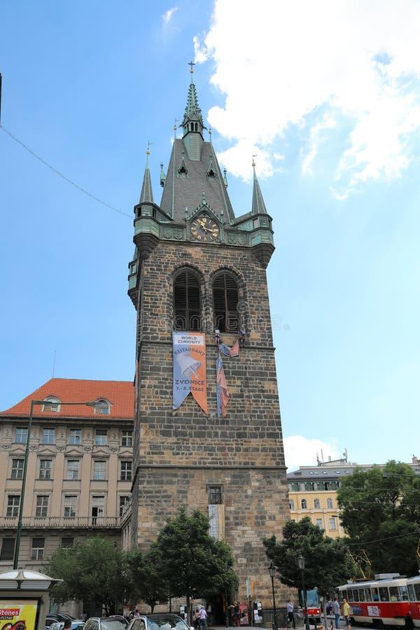 Старая ратуша Праги всегда в центре внимания стоковое изображение rf