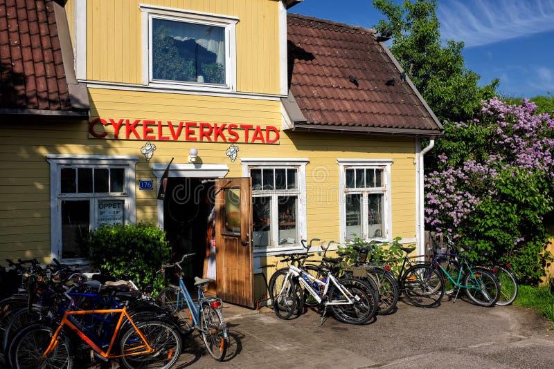 Старая ремонтная мастерская велосипеда стоковое изображение rf