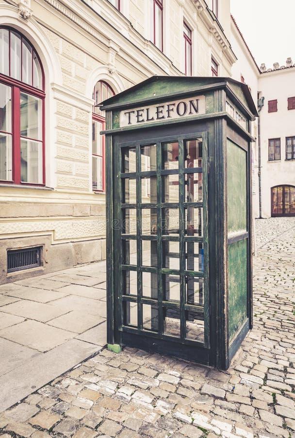 Старая ретро переговорная будка публики улицы стоковое фото