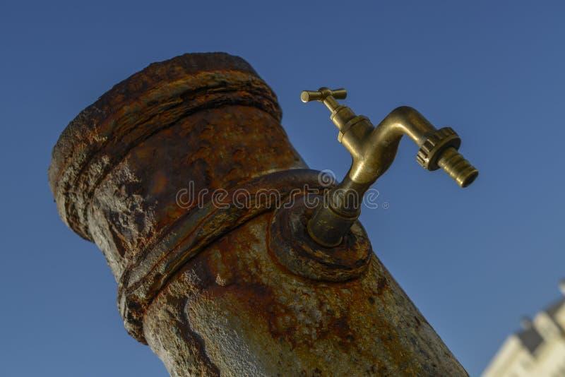 старая ржавая вода из крана стоковые фото