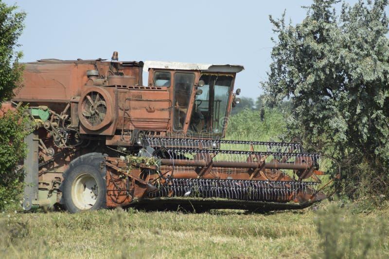 Старая ржавая жатка зернокомбайна стоковая фотография rf