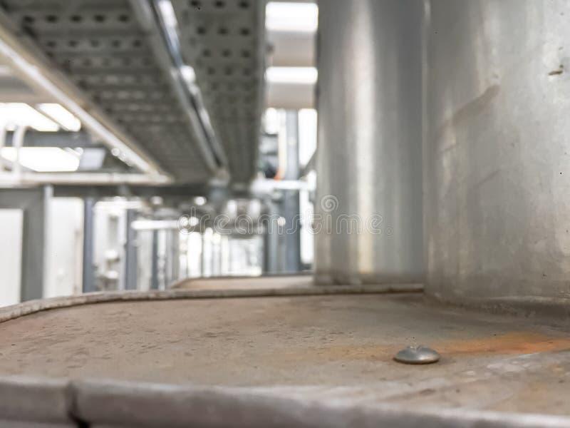 Старая ржавая плита с запачканной отростчатой системой охлаждения, индустриальной зоной стоковое изображение rf