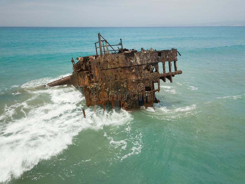 Старая ржавая развалина корабля в середине моря, рядом с Limmasol, Ciprus стоковое фото