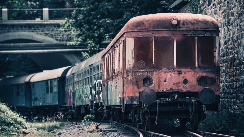 Старая ржавая развалина поезда стоковые изображения