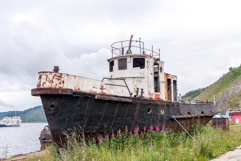 Старая ржавая рыбацкая лодка около берега стоковые изображения