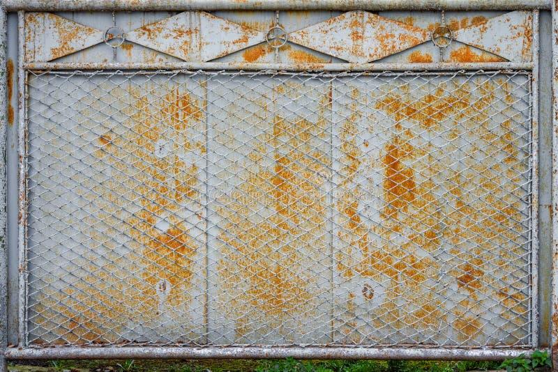 Старая ржавая сетка металла загородки стоковая фотография