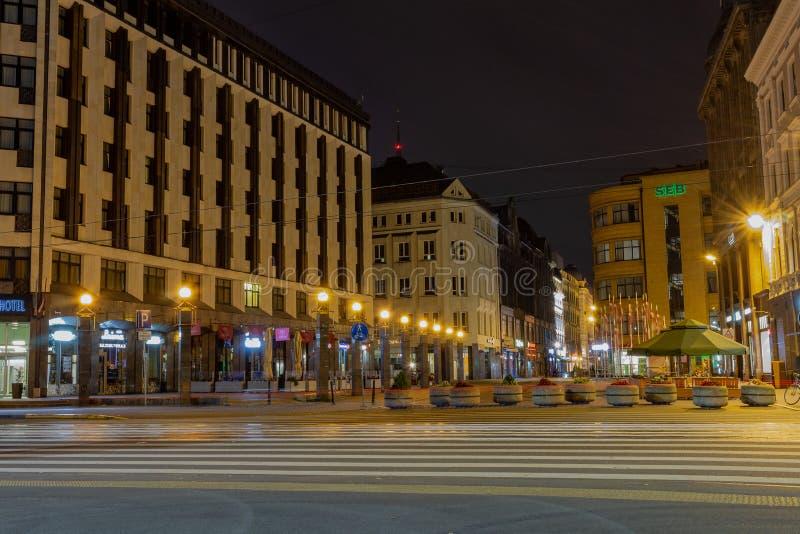 Старая Рига столица Латвии вечером Центр финансов дела города против предпосылки ночного неба стоковые фотографии rf